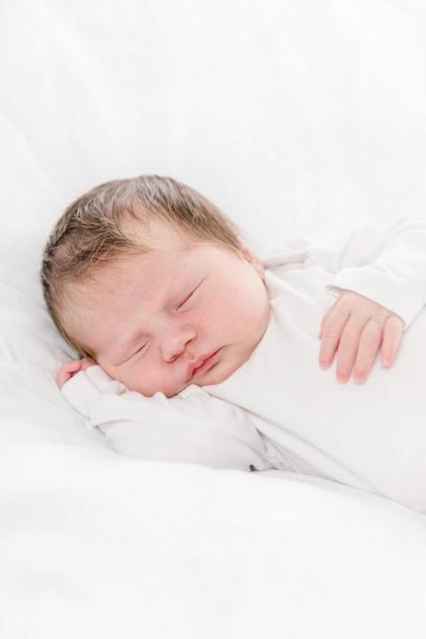 schlafendes Baby mit vielen Haaren