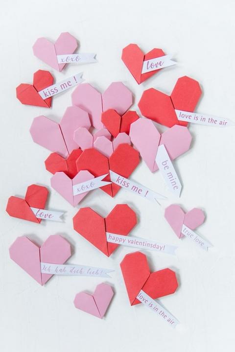 Valentinstag Stillife mit Origamiherzen