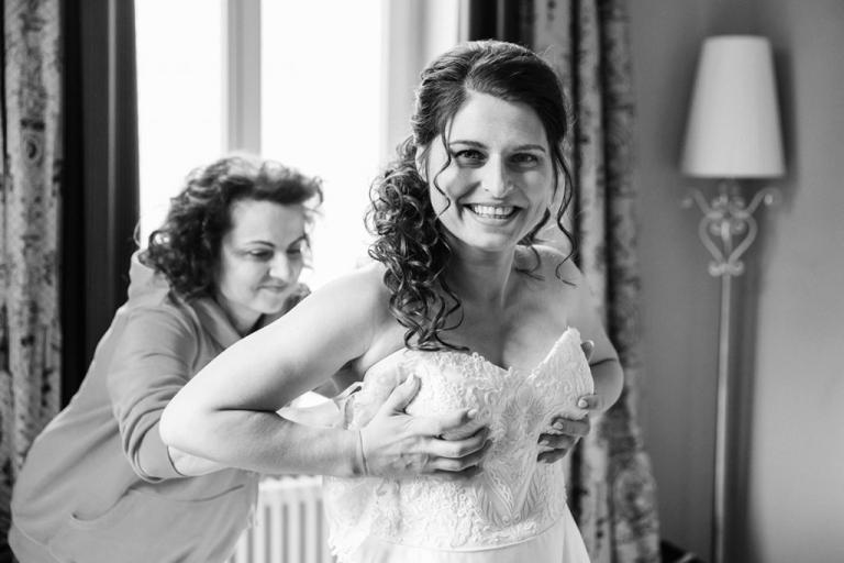 Hochzeit Gut Kump - ankleiden der Braut